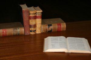 Alte Bücher auf einem Tisch