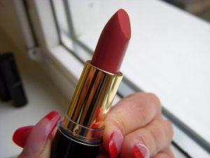 Roter Lippenstift und Rote Naegel
