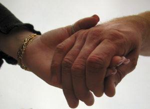 Paar halt Händchen