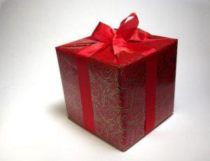 Rotes Geschenk mit Schleife