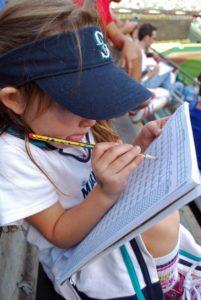 Kind malt im Buch