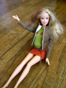 Barbie auf dem Fußboden