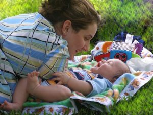 Mutter mit Kind auf Wiese