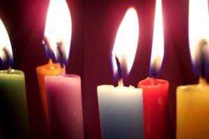 Viele bunte Kerzen