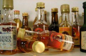 Verschiedene kleine Flaschen Whiskey